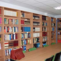 Biblioteca, con capacidad para 23 lectores, 2 ordenadores para conexión a bases jurídicas y con reflejo en la página web de los fondos bibliograficos.