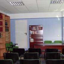 Aula de formación con capacidad para 19 número de personas, situada de forma contigua a la biblioteca, lo que permite la versatilidad de ambas instalaciones.