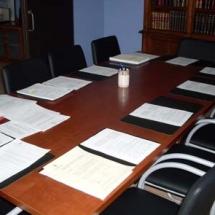 Sala de Juntas con capacidad para 10 personas y despacho del Decano.